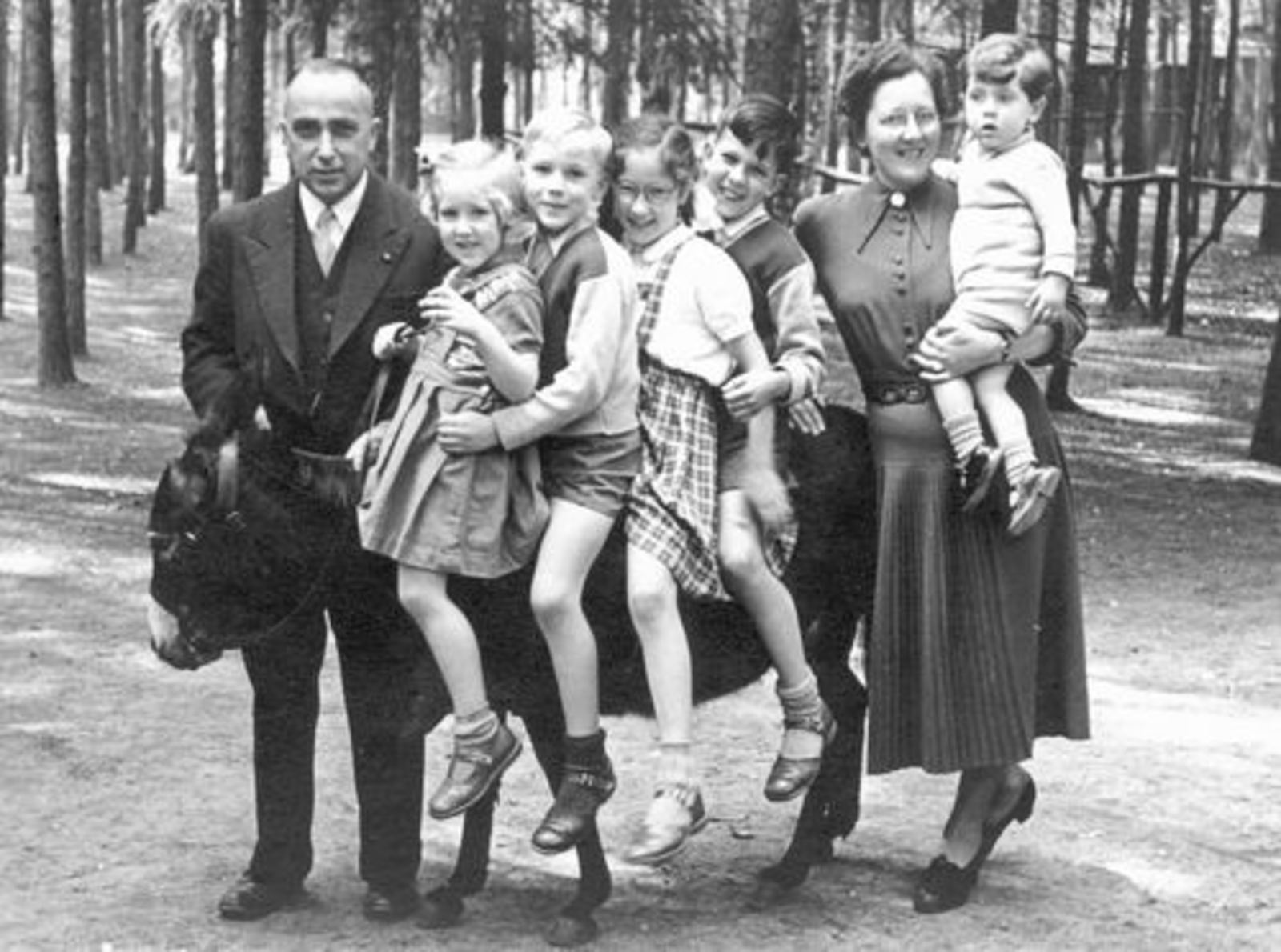 Goudsmit Mr Joel E 1904 1952± Gezinsfoto op Ezel