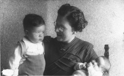 <b>ZOEKPLAATJE:</b>Goudsmit Mr Joel E 1904 19__ Vrouw met Zoon en Baby