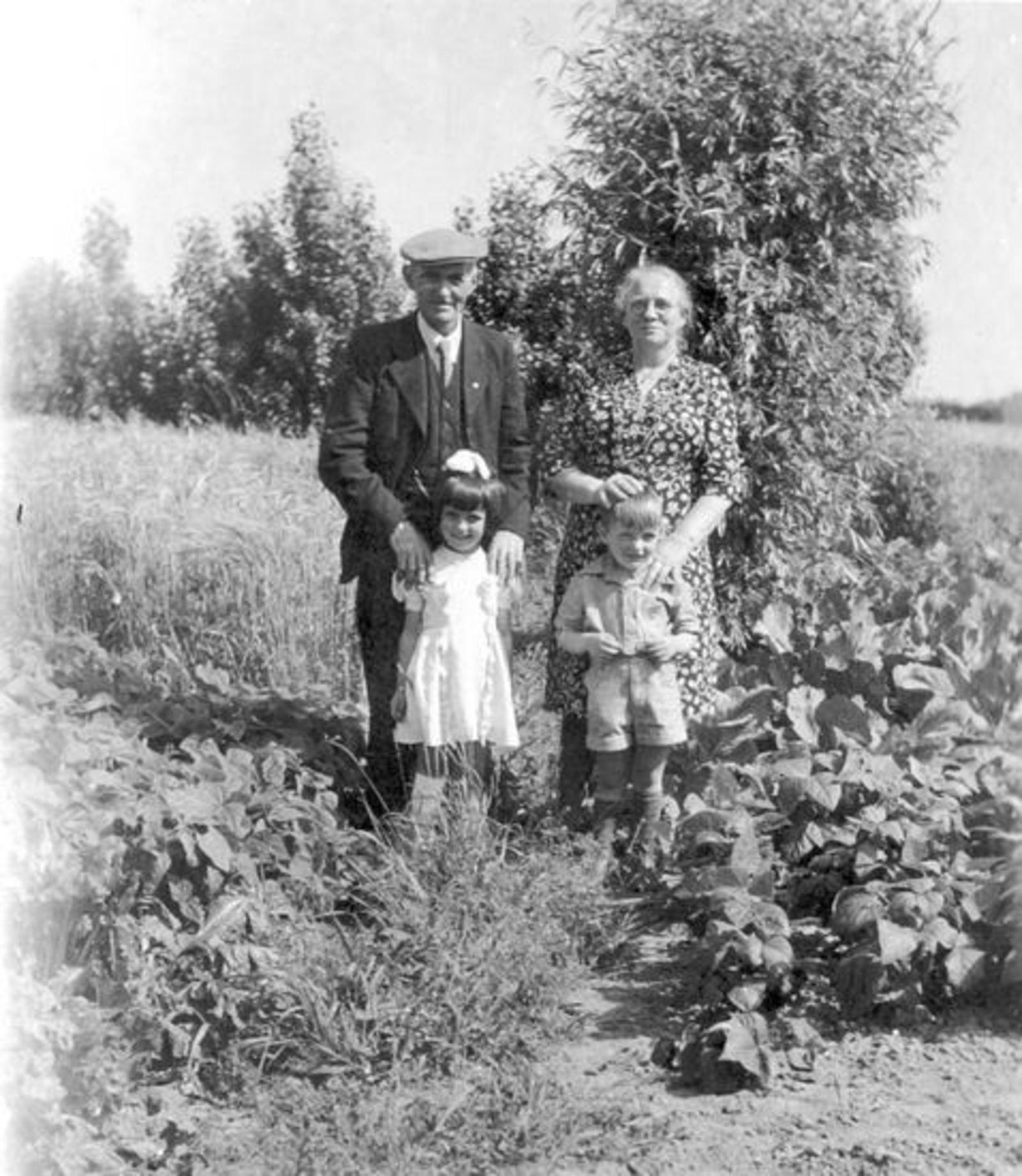 Groef Abraham vd 1882 19__ met Familie in Tuin 01