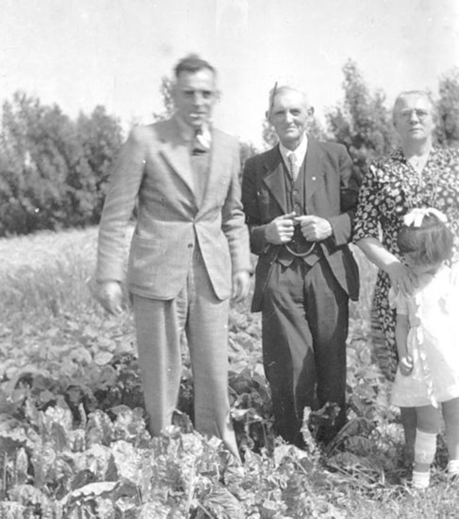 Groef Abraham vd 1882 19__ met Familie in Tuin 02