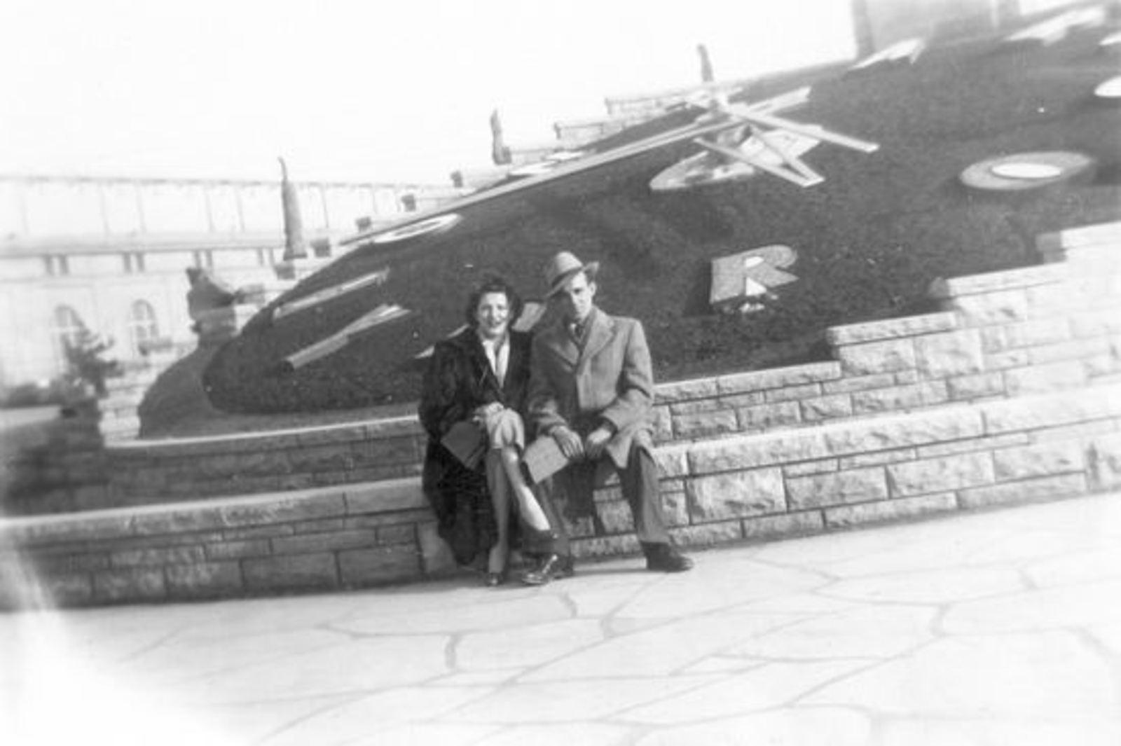 Groef Bram vd 1915 19__ met Vrouw Joke Meerwijk bij Klok