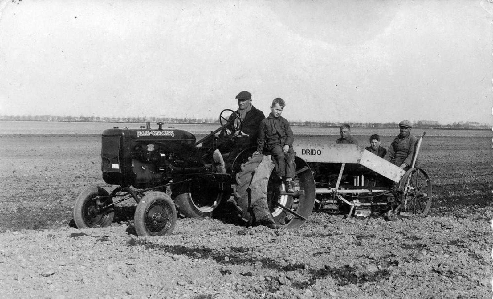 Groenenberg Arie 1905 1945 op Traktor bij Aardappels Poten met Leendert Smit