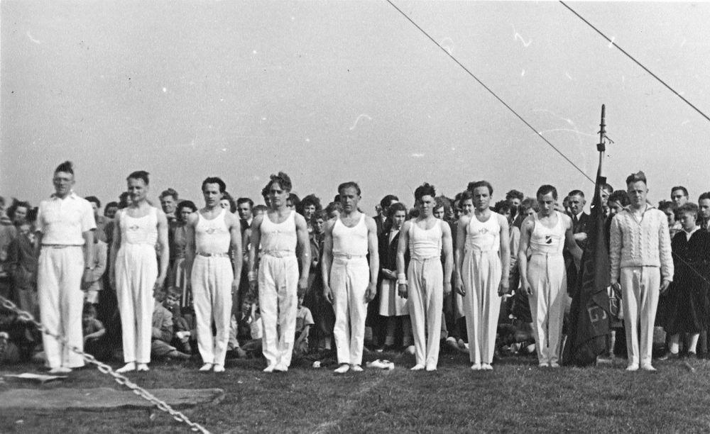 Gym en Athletiek Ver Hoofddorp 1951 Demo Kringkeurkorps in Halfweg 01