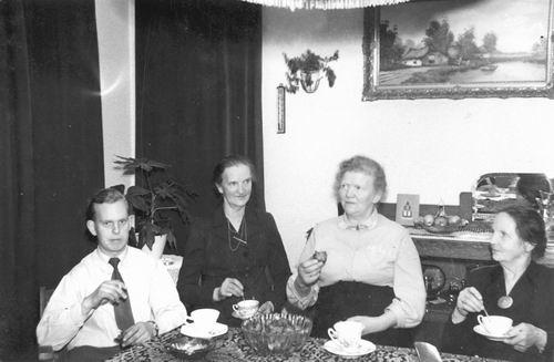 Helm Cornelis vd 1956 Gezin Oudjaarsavond met Onbekend