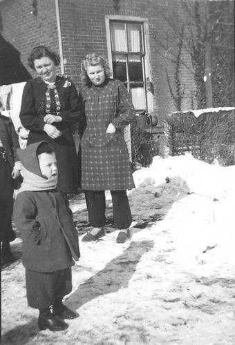 Helm Femmie vd 1940-45 met Lies Nieuwdorp en Henkie Kuijer