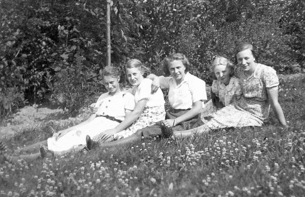 Helm Femmie vd 1940 met Vriendinnen in Wandelbos 01