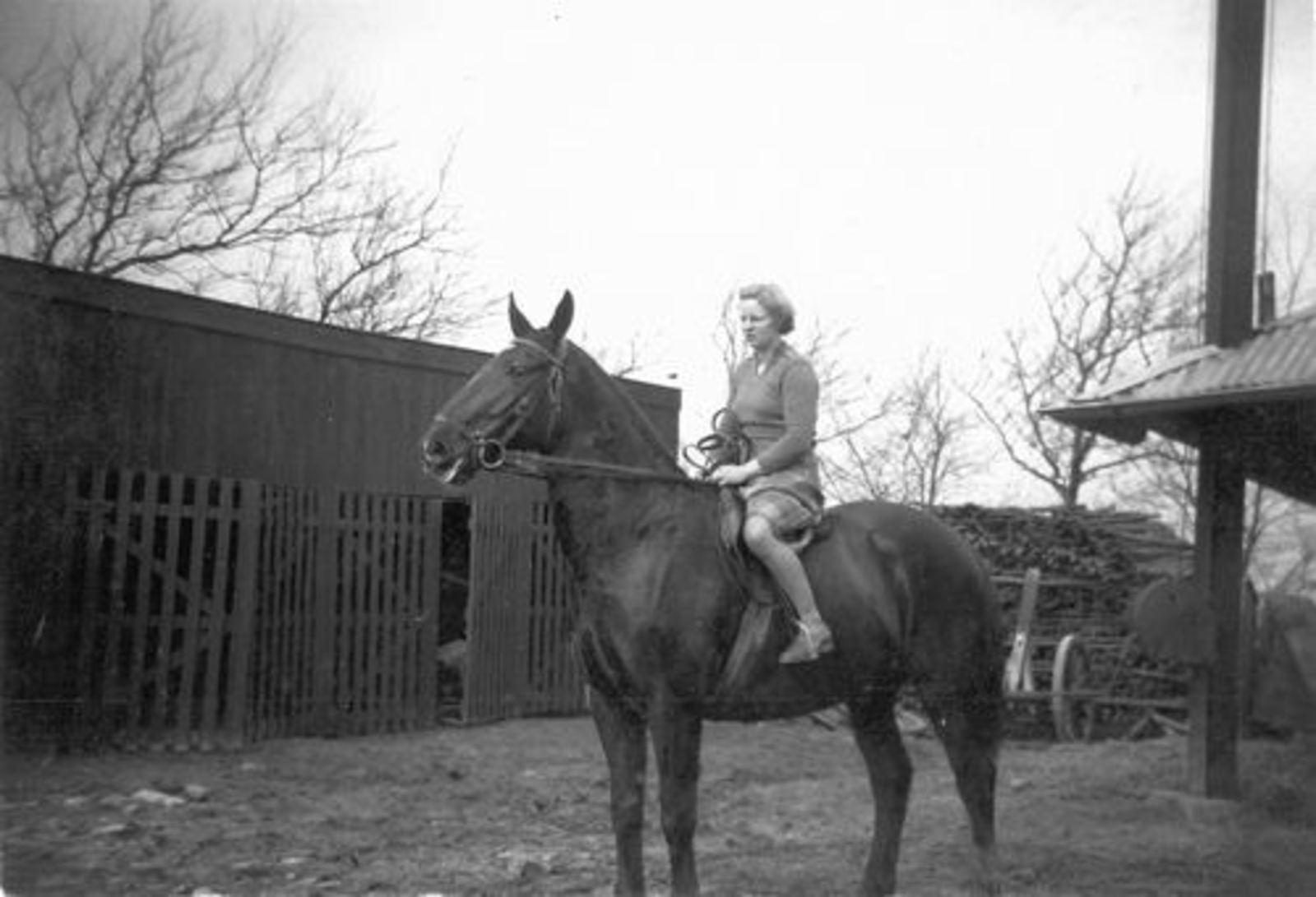 Helm Femmie vd 1947± te Paard op Onbekende Boerderij