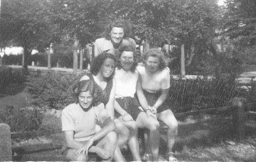 Helm Femmie vd 1948 met Vriendinnen