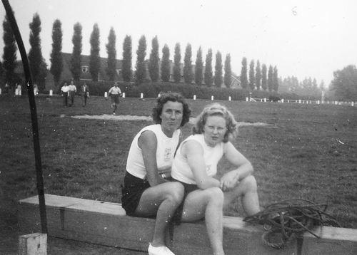 Helm Femmie vd 1949 Gymen met Rie Barendregt op Concoursterrein 01