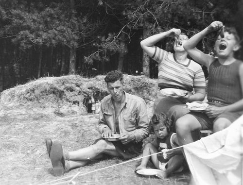 <b>ZOEKPLAATJE:</b>Helm Femmie vd 1949 met Onbekend Gezin op Texel 02