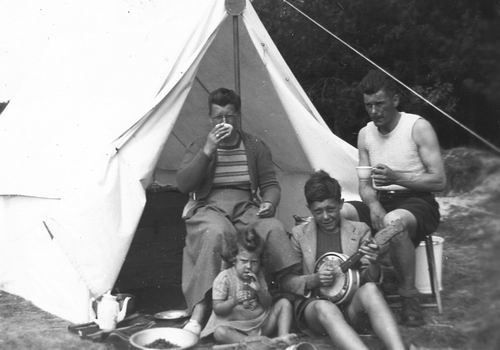 <b>ZOEKPLAATJE:</b>Helm Femmie vd 1949 met Onbekend Gezin op Texel 04