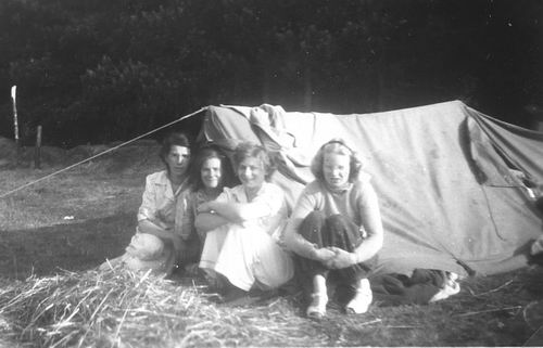Helm Femmie vd 1949 met Vriendinnen op Texel 01