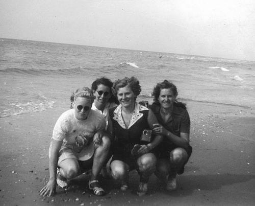 Helm Femmie vd 1949 met Vriendinnen op Texel 06