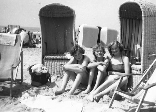 Helm Femmie vd 1953 met Vriendinnen op Strand 01