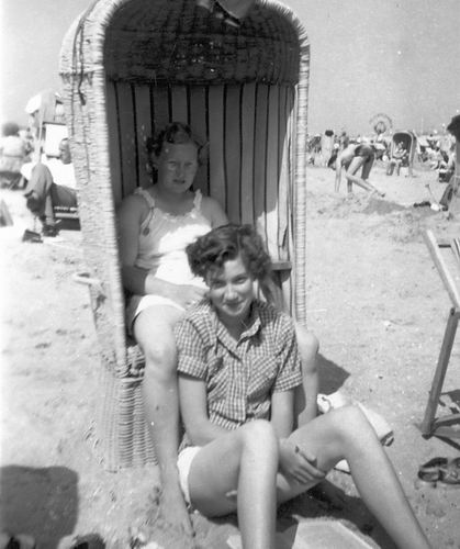 Helm Femmie vd 1953 met Vriendinnen op Strand 02
