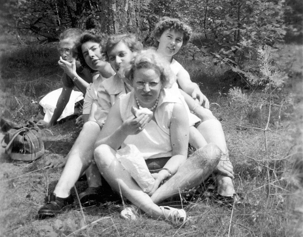 Helm Femmie vd 1953 Vakantie Nunspeet eo met Vriendinnen 34
