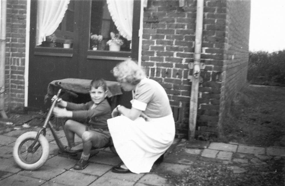 <b>ZOEKPLAATJE:</b>Helm Femmie vd 1957 Gezinshulp met Onbekend