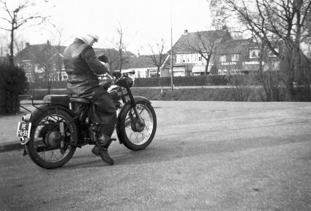 Helm Femmie vd 1957 op de Motor 01