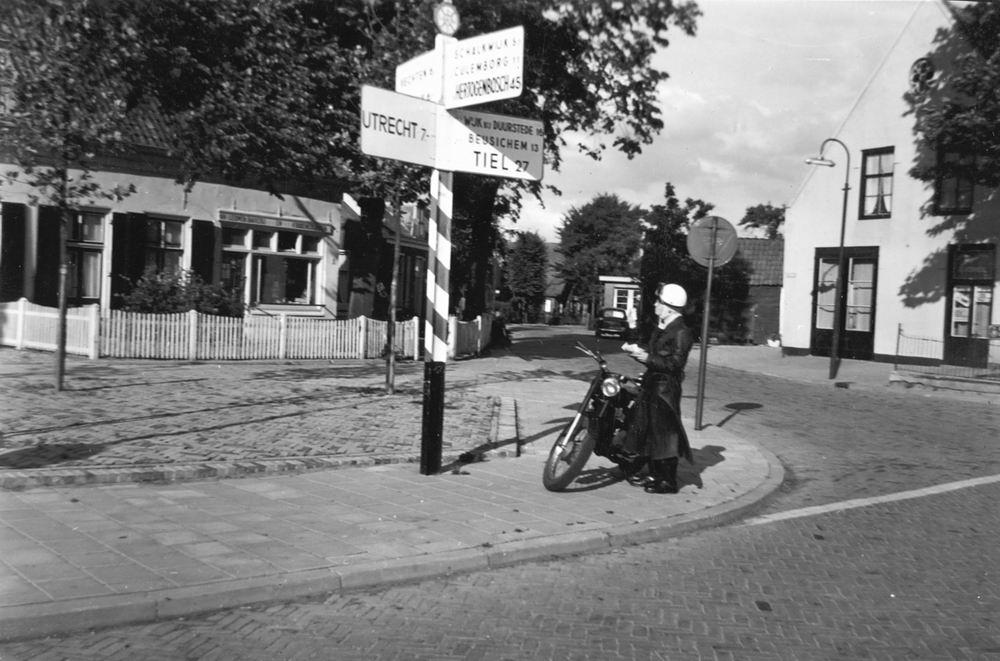 Helm Femmie vd 1957 op de Motor 02