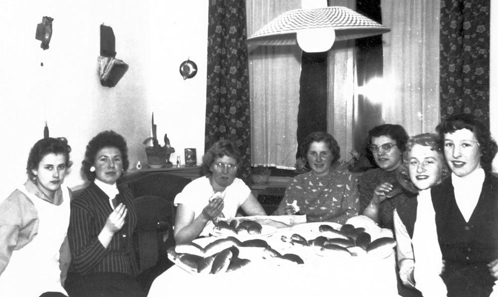 Helm Femmie vd 1957±  met Vriendinnen in Keuken Dolman