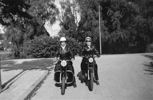 Helm Femmie vd 1958 met broer Hans op de Motor