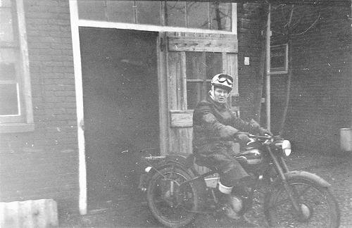 Helm Femmie vd 1958 op de Motor 02