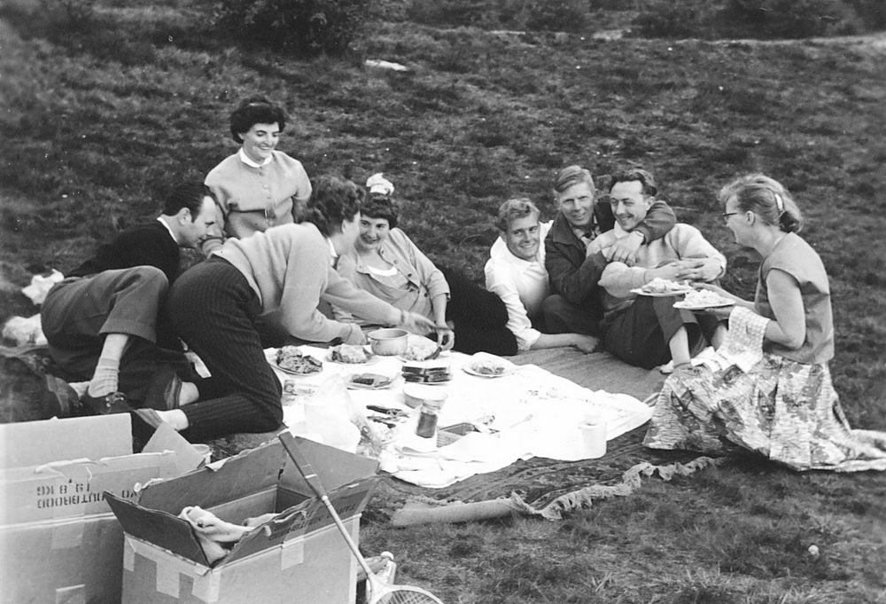 <b>ZOEKPLAATJE:</b>Helm Femmie vd 1959 Trip op Hemelvaartsdag met Onbekenden 06