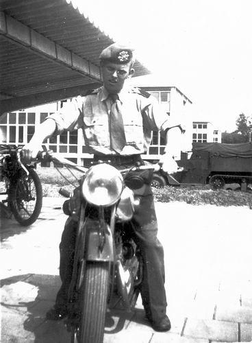 Helm Hans vd 1953 als Soldaat op Motor