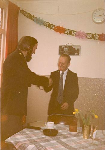 Helm Hans vd 1978 krijgt Felecitaties Defensie