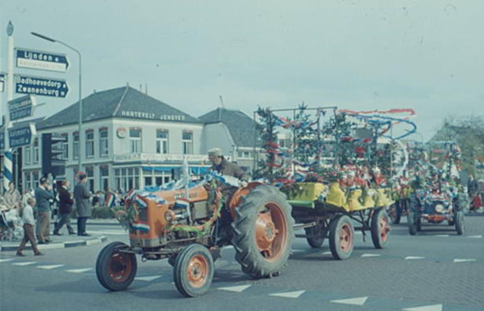 Hoofddorp Koninginnedag 1967± Optocht met Fiat tractor bij de Beurs
