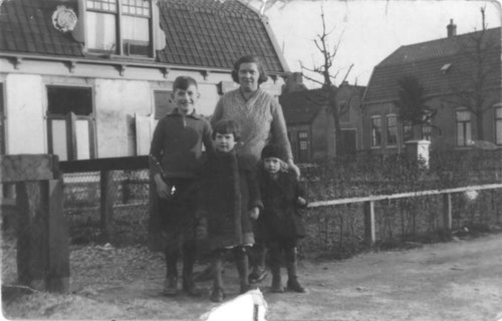 Hoofdweg O 0682 1935 Onbekend met kinderen Dam