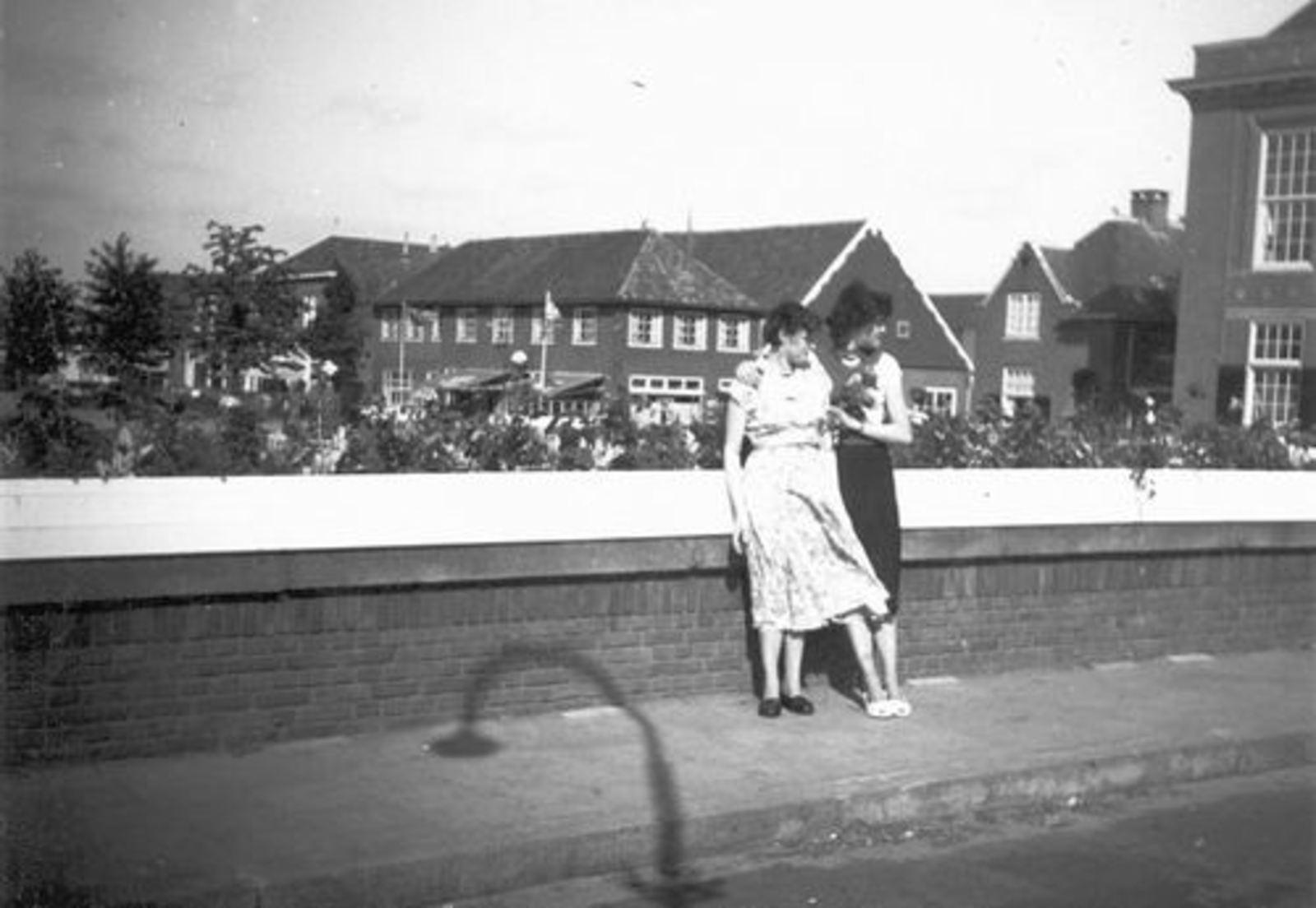 Hoofdweg O 0696 1955 vanaf Hoofdvaartbrug met Ria en Grad Koeckhoven