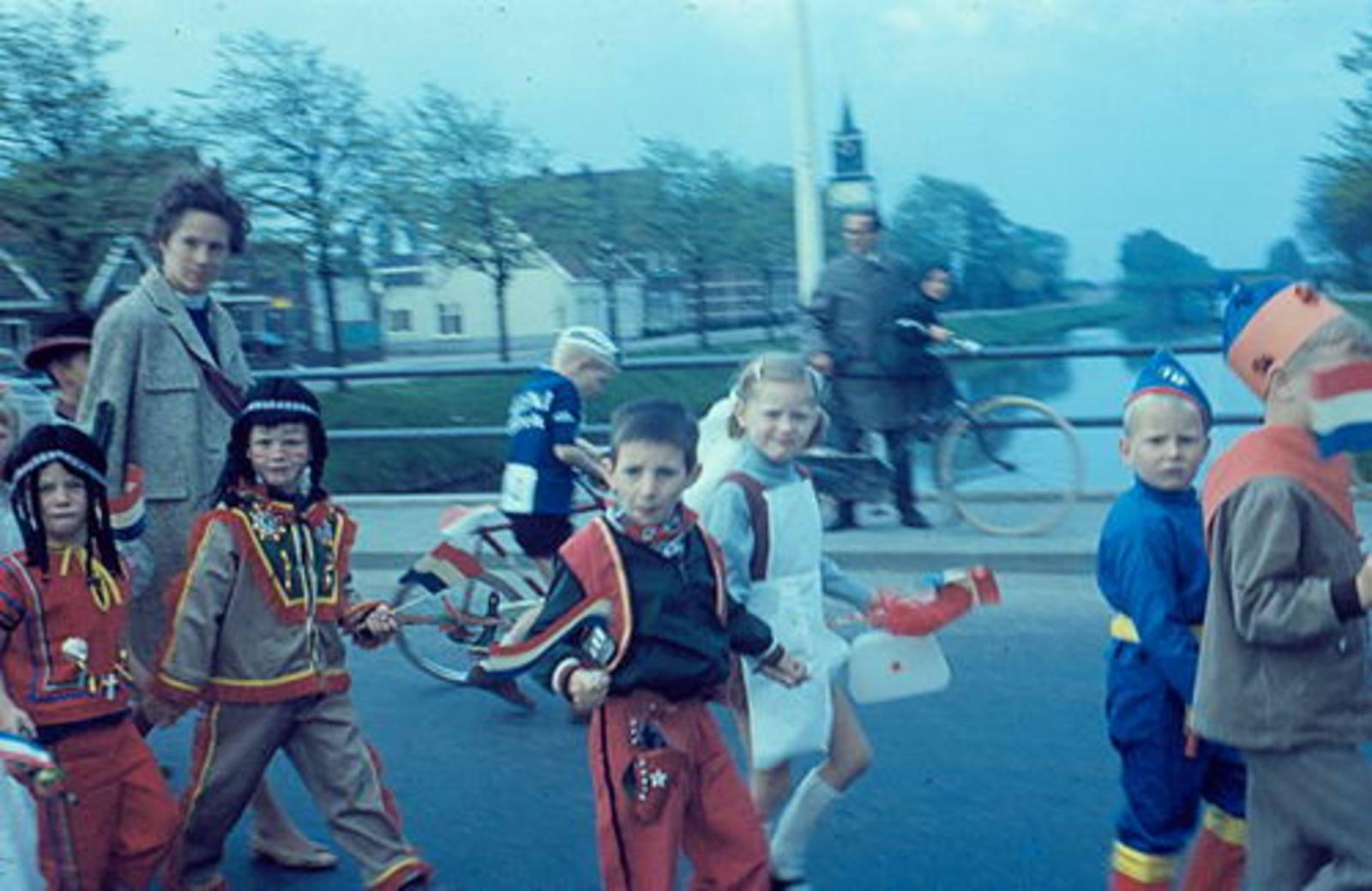 Hoofdweg O 0746+ 1967± met optocht Koninginnedag op Terveenbrug