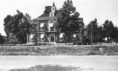 Hoofdweg W 0671 1944 Raadhuis 01 met Onbekend op Dak