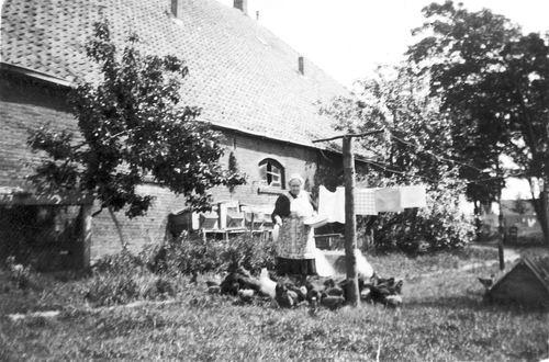 Hoofdweg W 0705 1957 met Mw Anna Calvelage-Boerlage