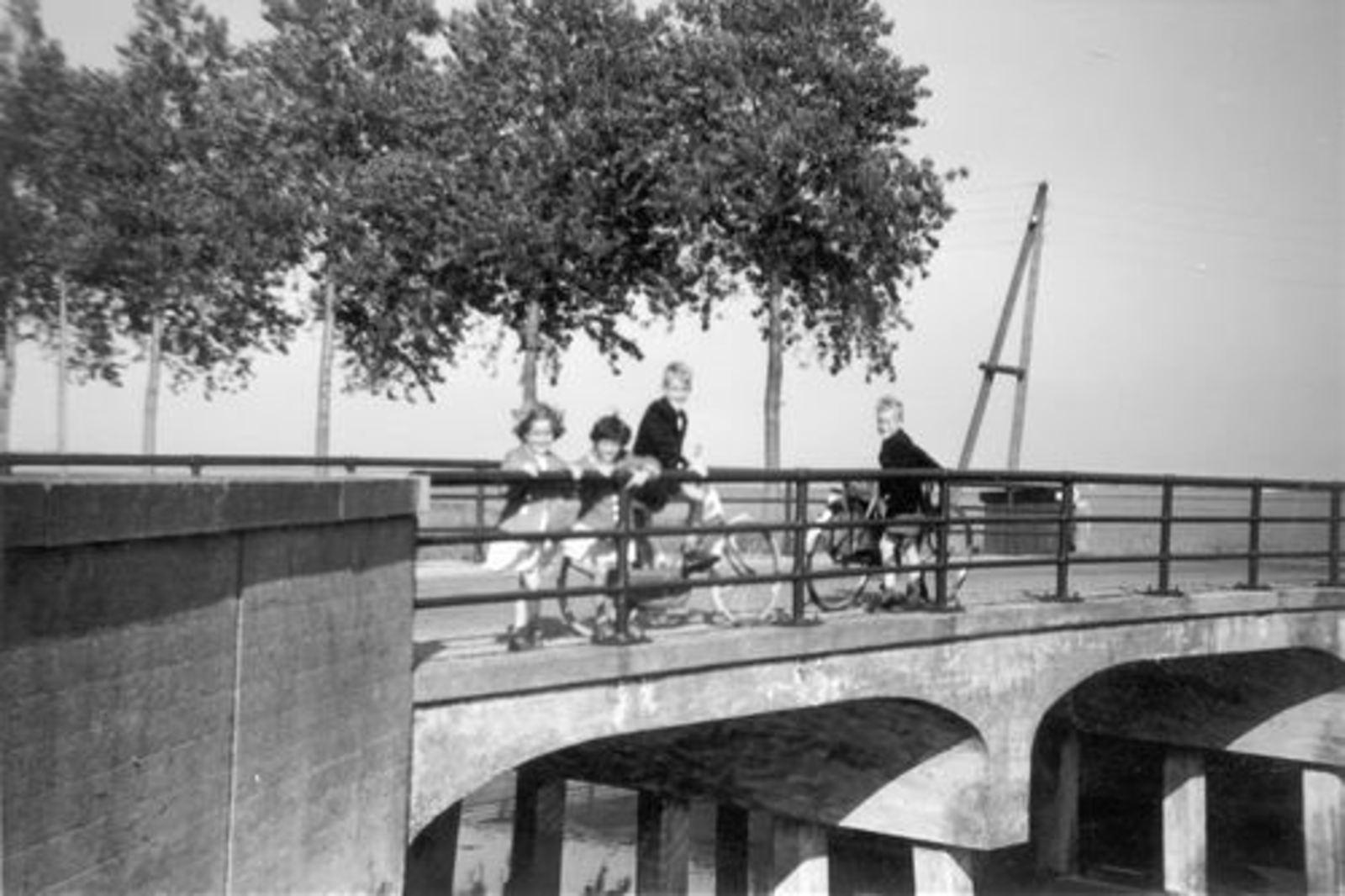 Hoofdweg W 0910+ 1961± Brug Bennebroekerweg met Kinderen Pijpers