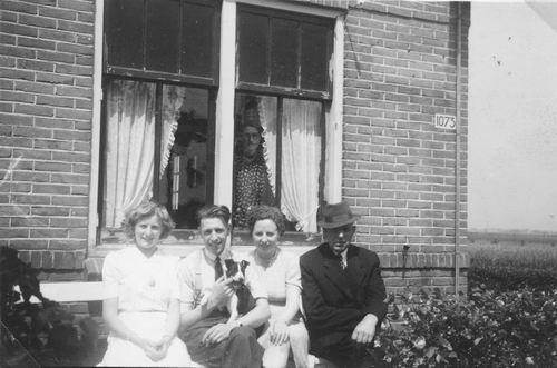 Hoofdweg W 1073 1944 met Fam Johannes vd Pol 03
