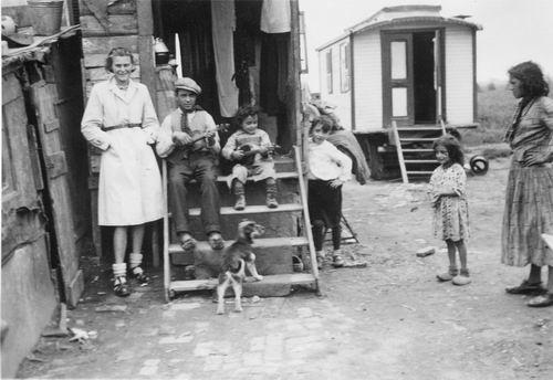 Hoofdweg W 1169 194_ Zigeuner Woonwagens achter Politiebureau 01