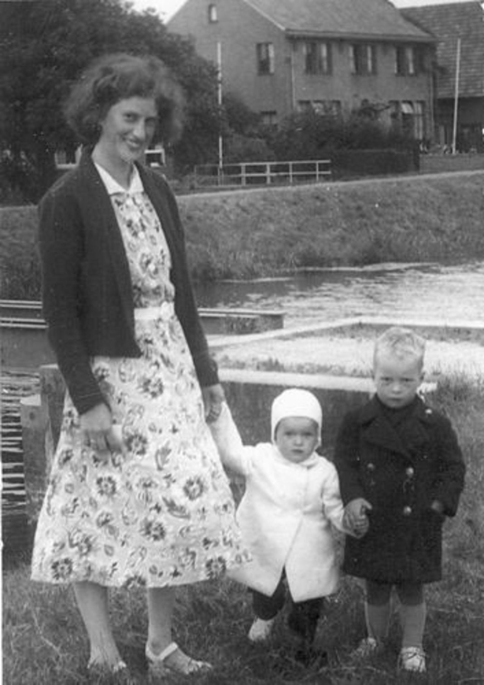 Hoofdweg W 1219- 1952± Marijtje J Beerendonk-Dam bij Spoorbrug