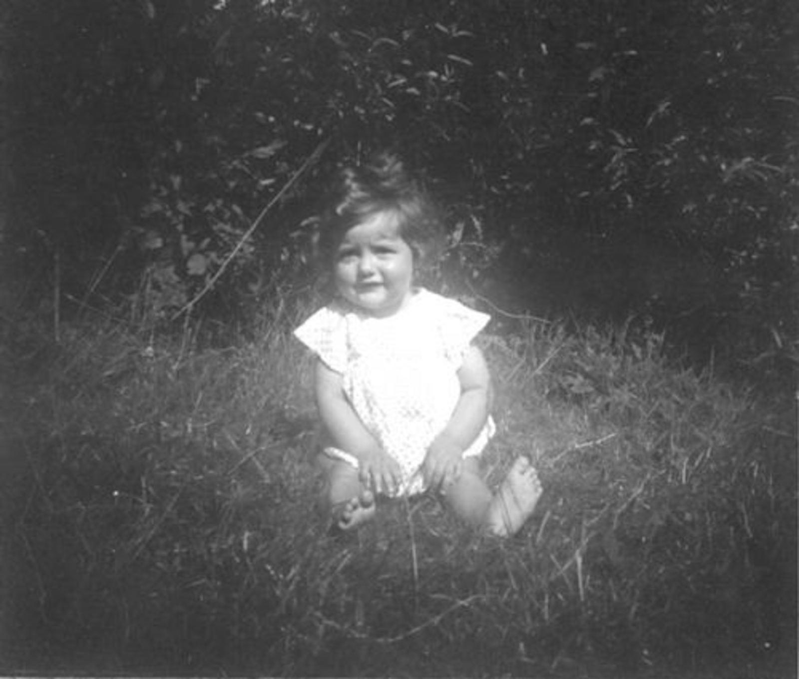 Huijsmans Anthonius J 1910 1950 dochter Ineke in de Tuin