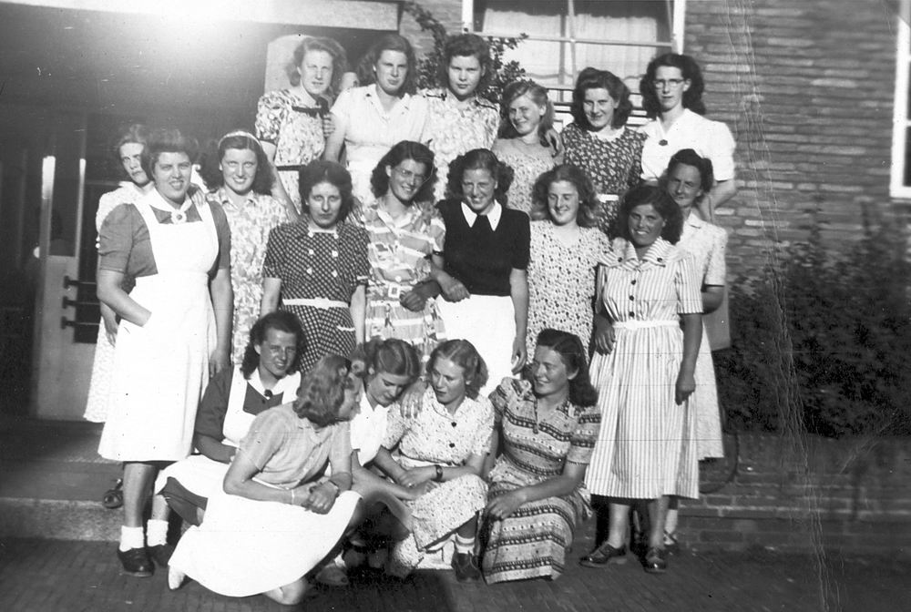 <b>ZOEKPLAATJE:</b>Huishoudschool Hoofddorp 1949 met Femmie vd Helm 01