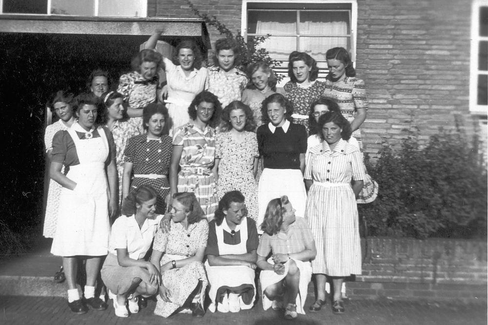 <b>ZOEKPLAATJE:</b>Huishoudschool Hoofddorp 1949 met Femmie vd Helm 02