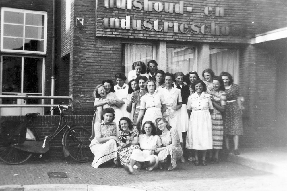 <b>ZOEKPLAATJE:</b>Huishoudschool Hoofddorp 1949 met Femmie vd Helm 03