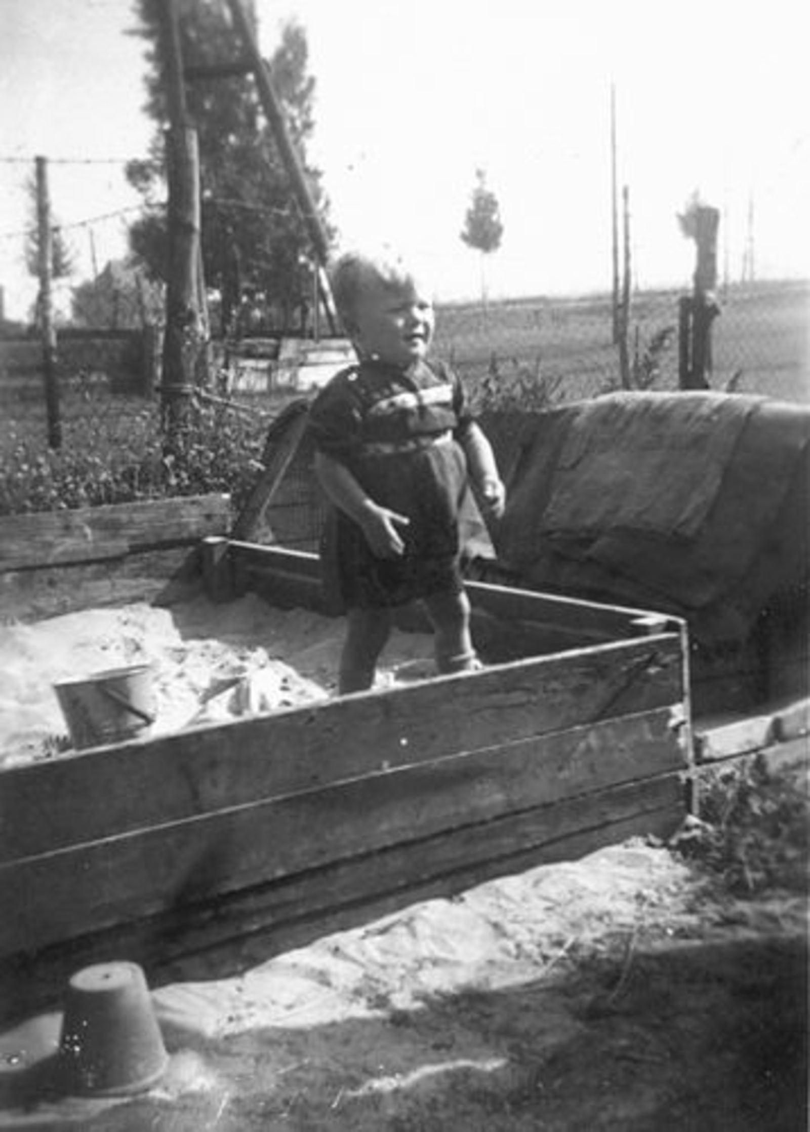 Hunneman Robbie 1947± in Zandbak