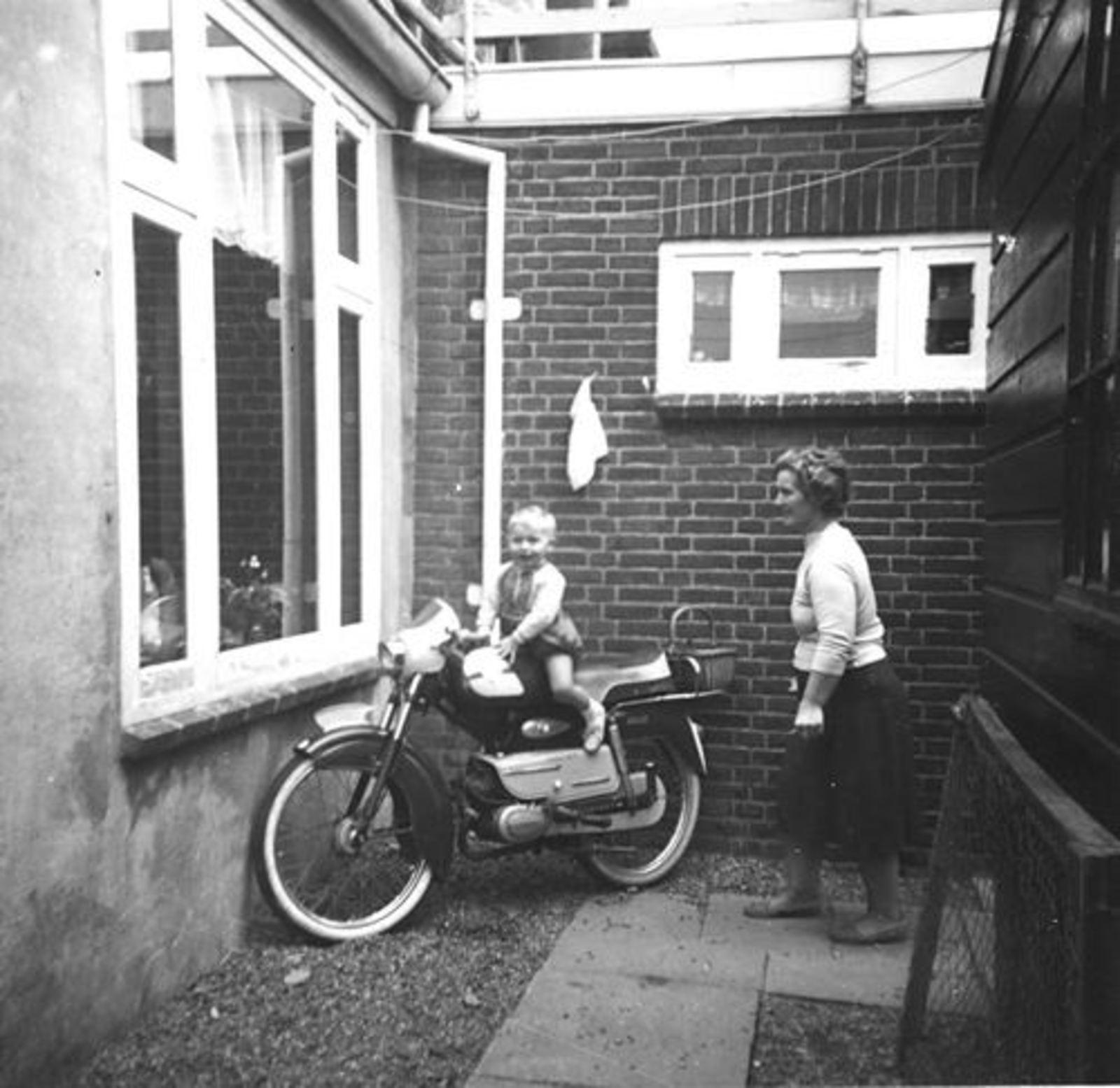 IJweg O 1004 196_ met Leentje Imanse en zoontje Ed op Brommer 01