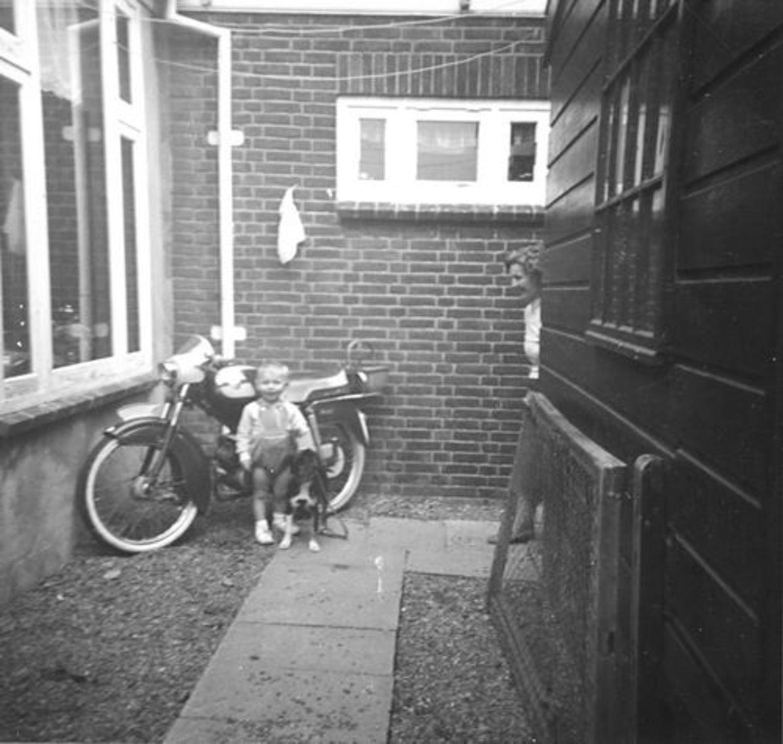 IJweg O 1004 196_ met Leentje Imanse en zoontje Ed op Brommer 02