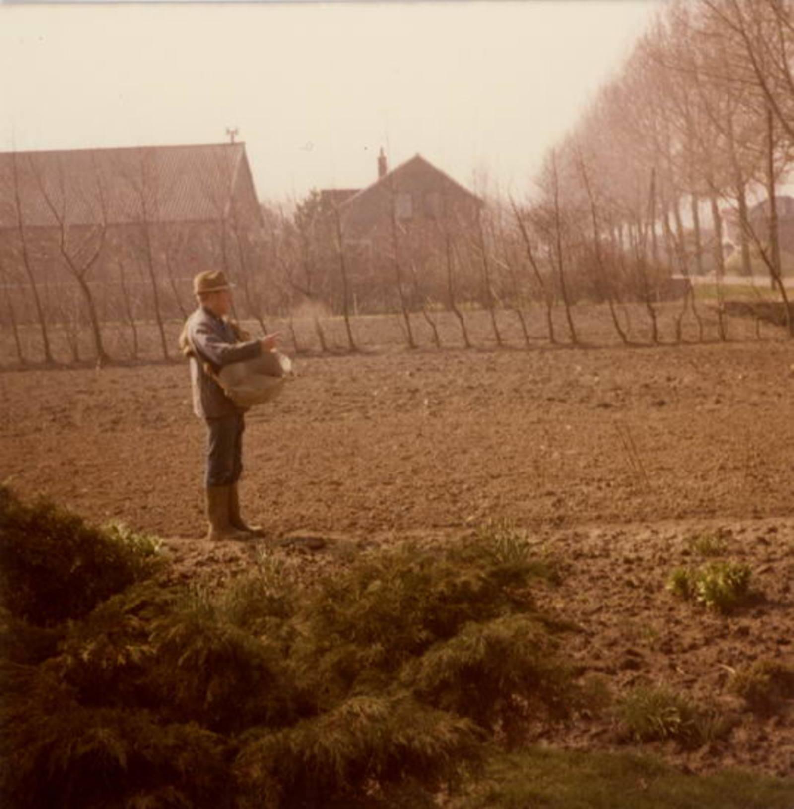 IJweg O 1504 1982 met G Verhulst Kunstmest strooien