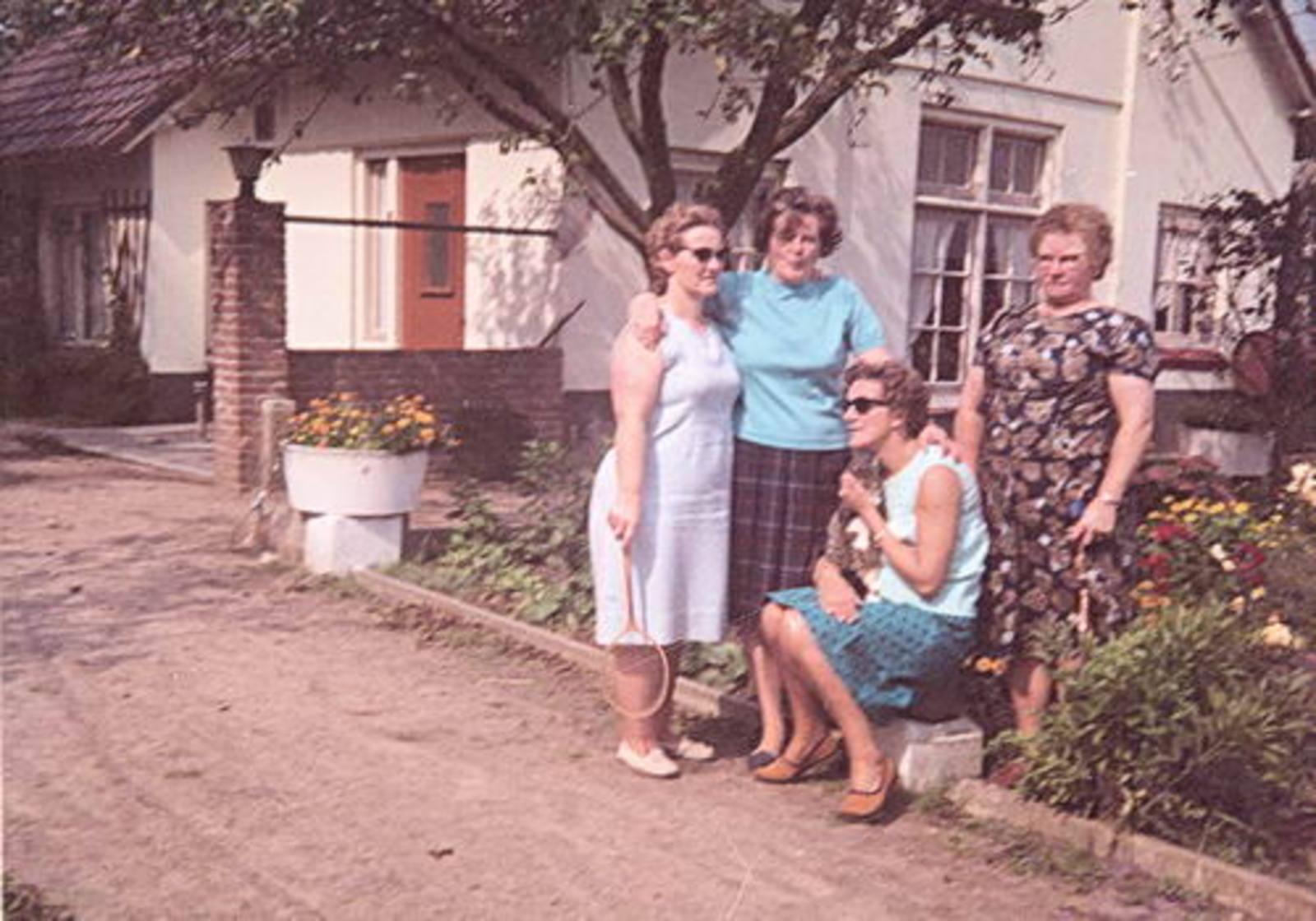 Imanse - Bliek Leentje 1920 1967 10 met Kaartclub de Jokervrouwen in Putten 02