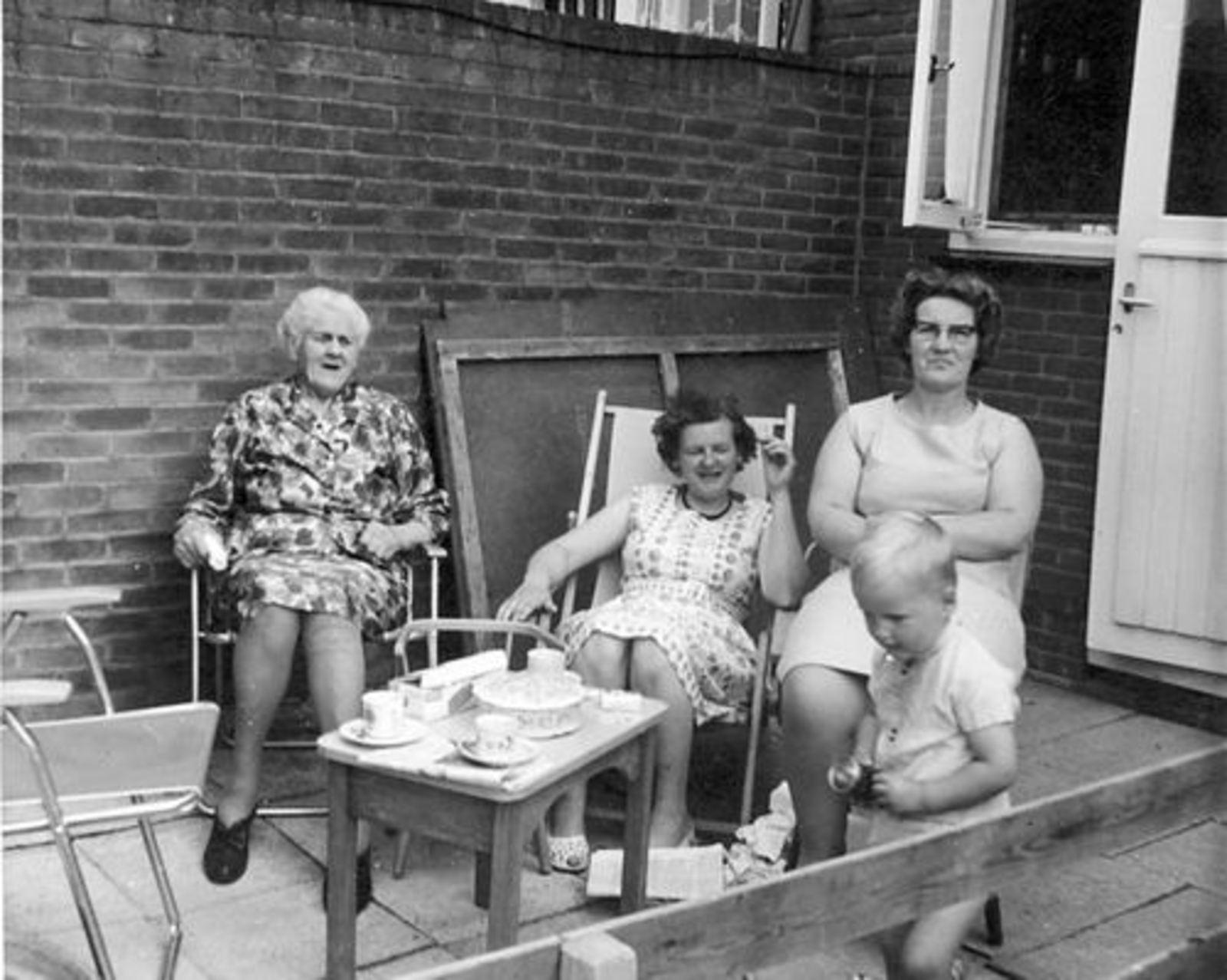 Imanse - Bliek Leentje 1920 19__ met dames Meijer bij Leentje v Veen 01