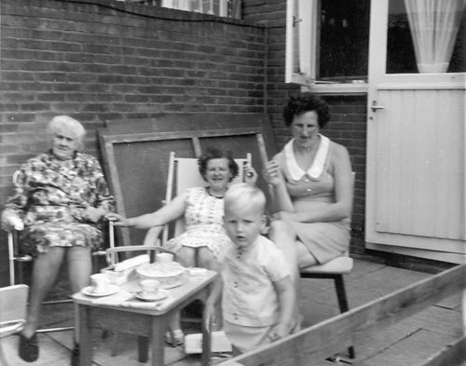 Imanse - Bliek Leentje 1920 19__ met dames Meijer bij Leentje v Veen 02